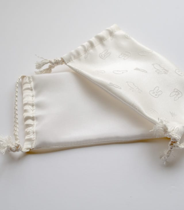 ますく あかちゃん-表はイラストを織り込んだ生地。裏地は羽二重を用い、ウィルス対策にも配慮